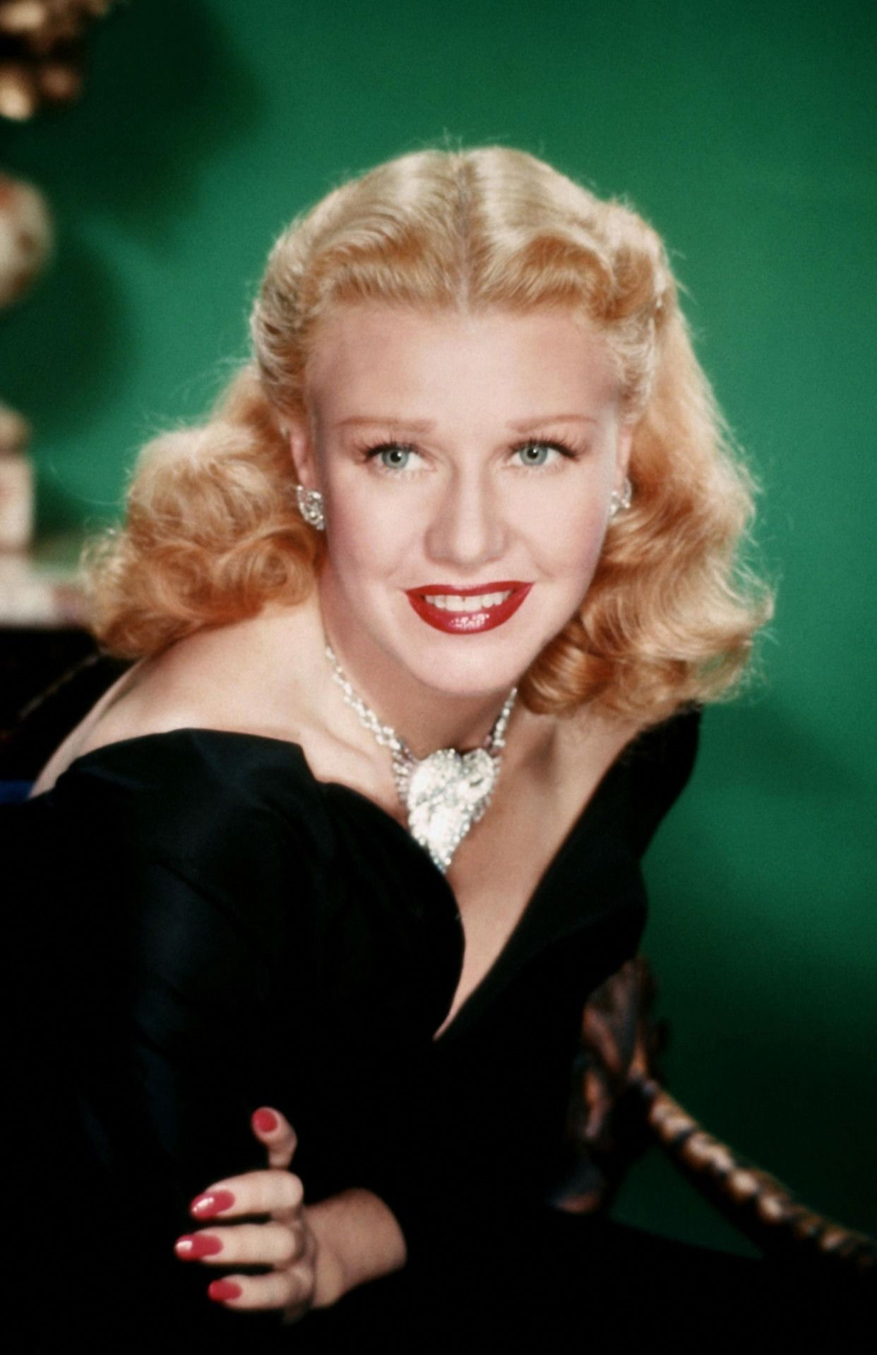 Ginger Rogers Color Portrait You Can See Here How Her Eyes Look Greenish From A Distance While They Re Actually Color Blue Ginger Rogers Hollywood Actresses