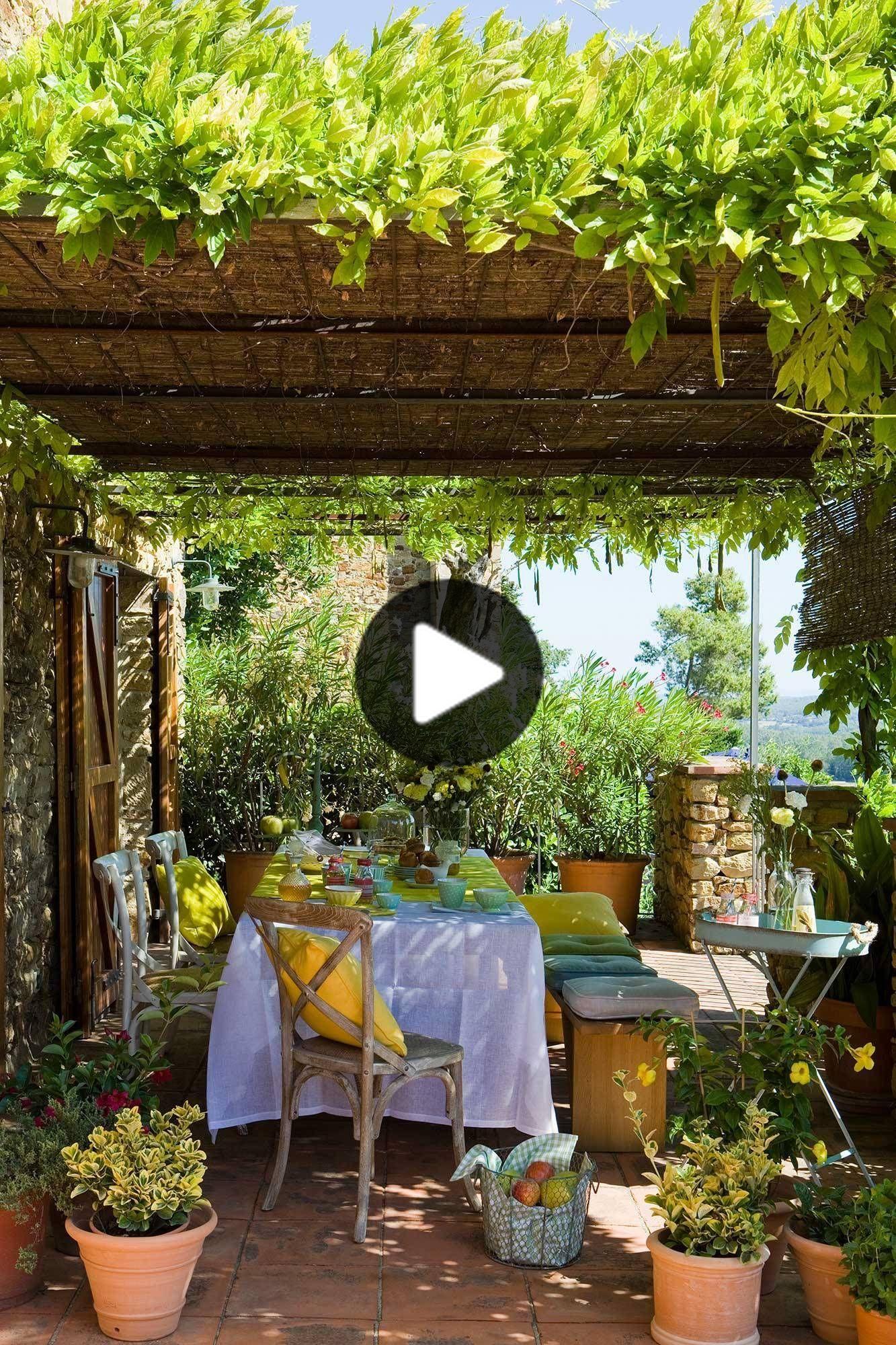 Un Comedor De Exterior Campestre Y Chic En 2020 Cascada De Flores Plantas Trepadoras Terraza Jardin