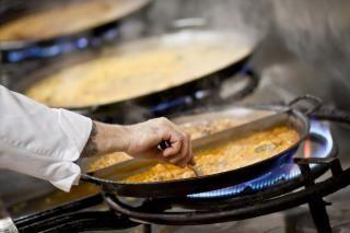En Finca Santiago puedes degustar una gran variedad de tipos de arroces:negro,de perdiz con foei,de conejo y serranas,de verduras,de mar,de pollo campero,costillejas