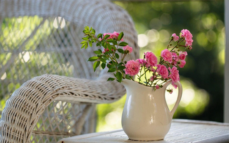 Скачать обои цветы, стол, природа, розовые, кресло, кувшин ...