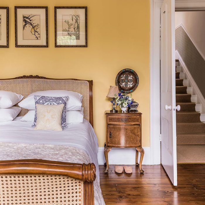 d coration chambre adulte mur couleur jaune lit bois vintage parquet marron style retro. Black Bedroom Furniture Sets. Home Design Ideas