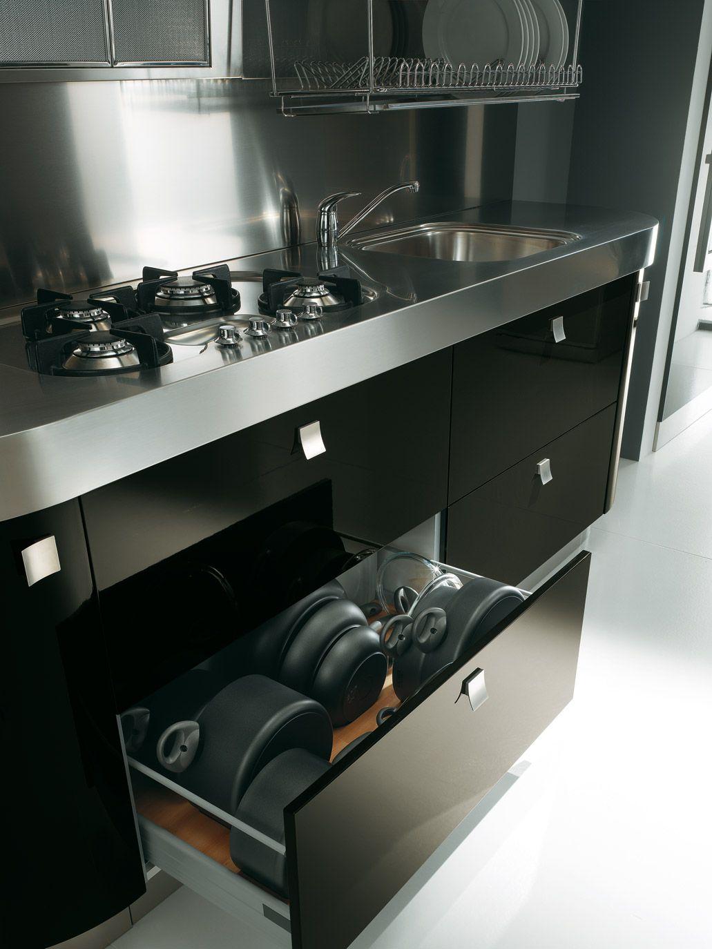 Le nostre cucine sono studiate per darvi il meglio del design insieme alla funzionalità! Tutti gli spazi sono progettati per vivere la cucina al meglio! Tutti i CASSETTI e CESTONI si compongono di un #carrello di scorrimento con rulli in tecnopolimeri e chiusura automatica Blumatic. Tutti sono ad estrazione totale con rullo di controllo (portata 30 kg). Le spondine hanno un'altezza di 83 mm, di colore grigio.