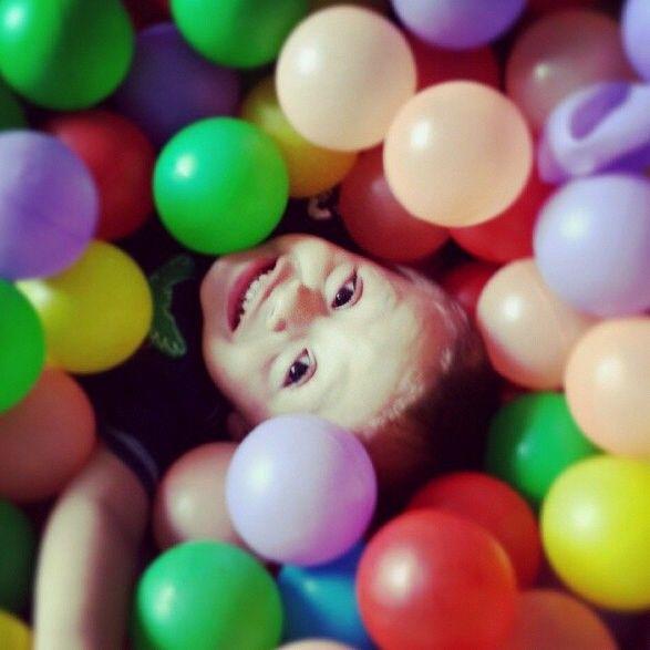 Ser felices como niños en la piscina de globos.