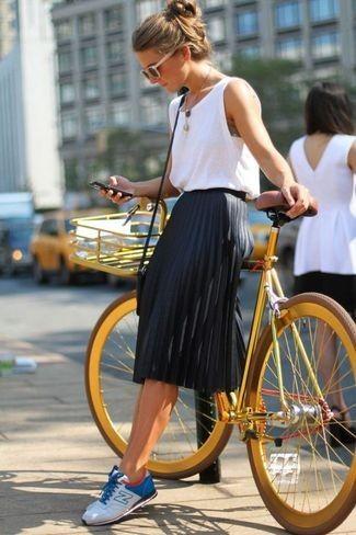 weißes Trägershirt, schwarzer Falten Midirock, weiße und blaue niedrige Sneakers, schwarze Leder Umhängetasche für Damen