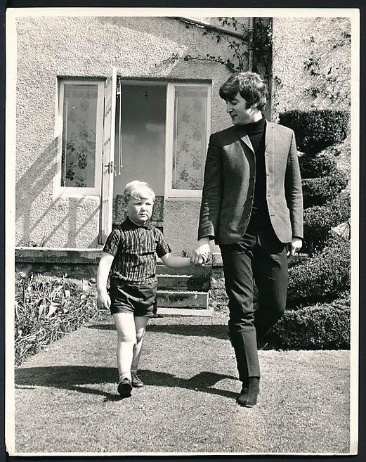 Worshipinginthechurchofgeorge Maureensadoll 1964 John Meets His Double 4 Year Old John Lennon From Scotl John Lennon Beatles Beatles John The Beatles
