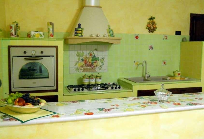 Cucine in muratura rustiche e moderne - Cucina in muratura verde con ...