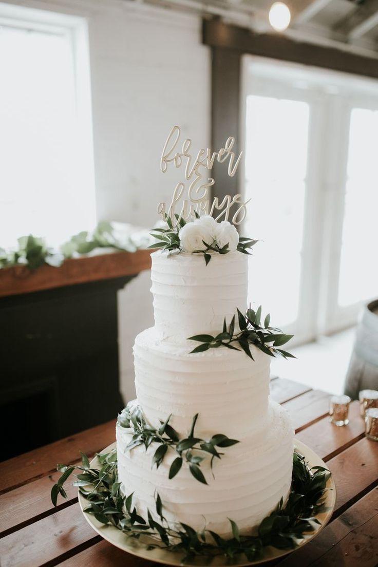 Pastel blanco con vegetación y decoración para tarta  – Boda fotos