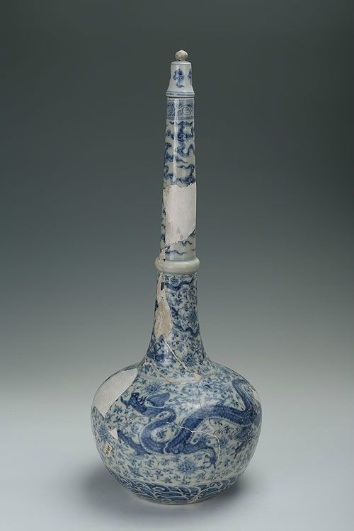 Blue And White Long Neck Vase With The Design Of Dragons Chenghua