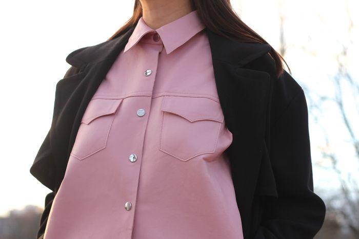 Des chemises en cuir on n'a pas trop l'habitude de voir, mais si en plus elle est rose bonbon, moi je dis oui ! (look à retrouver en totalité dans le lien enregristé)