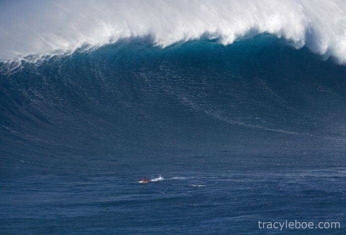 Magno Passos surfando onda gigante em Jaws, no Havaí (Foto: Arquivo Pessoal)