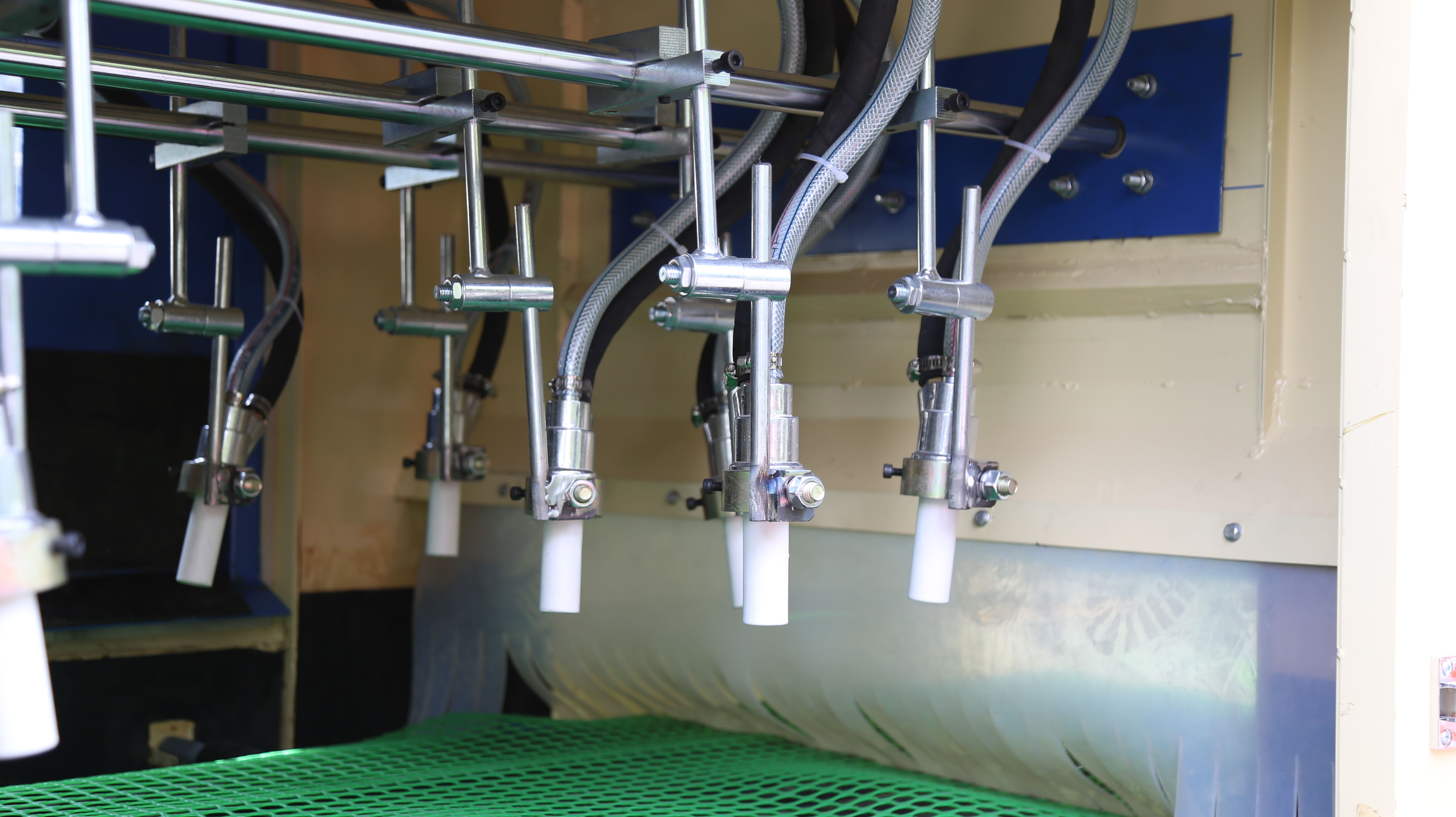 Conveyor belt blasting system has pcs of automatic gun for effective