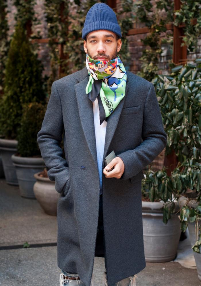 a463e2e66b look homme casual hipster avec touche chic avec manteau en laine long et  foulard carré hermès