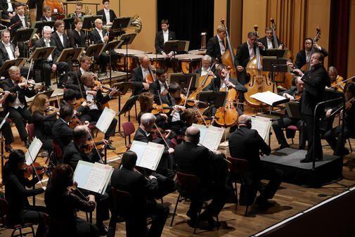 Konzentriert: das Göttinger Symphonie-Orchester unter der Leitung von Christoph-Mathias Mueller.