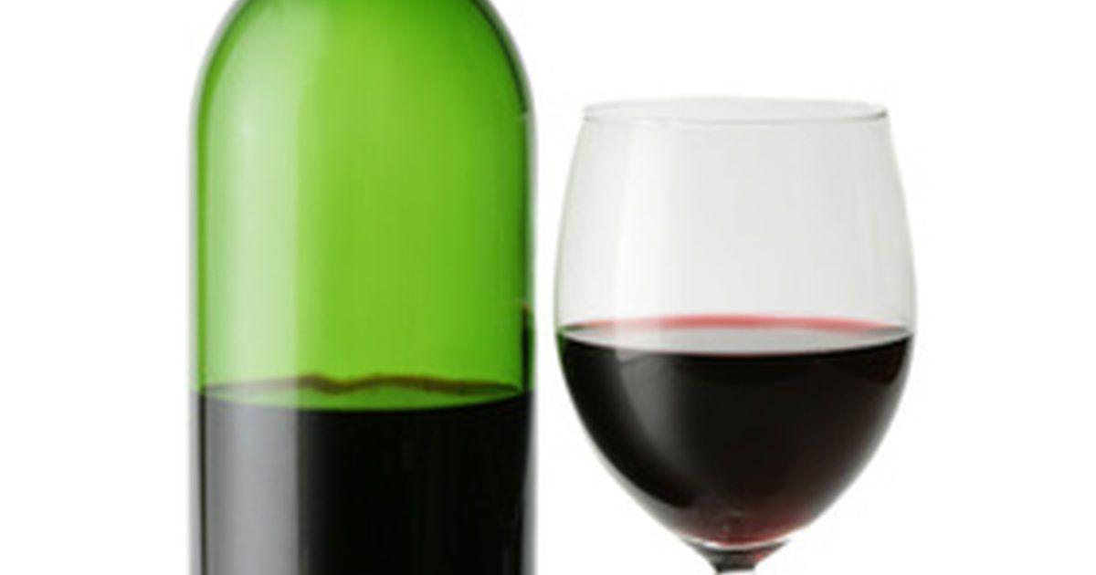 ¿Qué tipos de vino tinto saben dulce? . En la terminología de vinos, el contenido de azúcar del vino se conoce como azúcar residual y se mide en porcentajes. Todos los vinos tinto, ya sean dulces o no, tienen niveles de azúcar residual cercanos a cero. La diferencia entre un vino tinto dulce y uno seco es el nivel de ácido tánico. Éstos son los agentes que producen que la cáscara de la ...