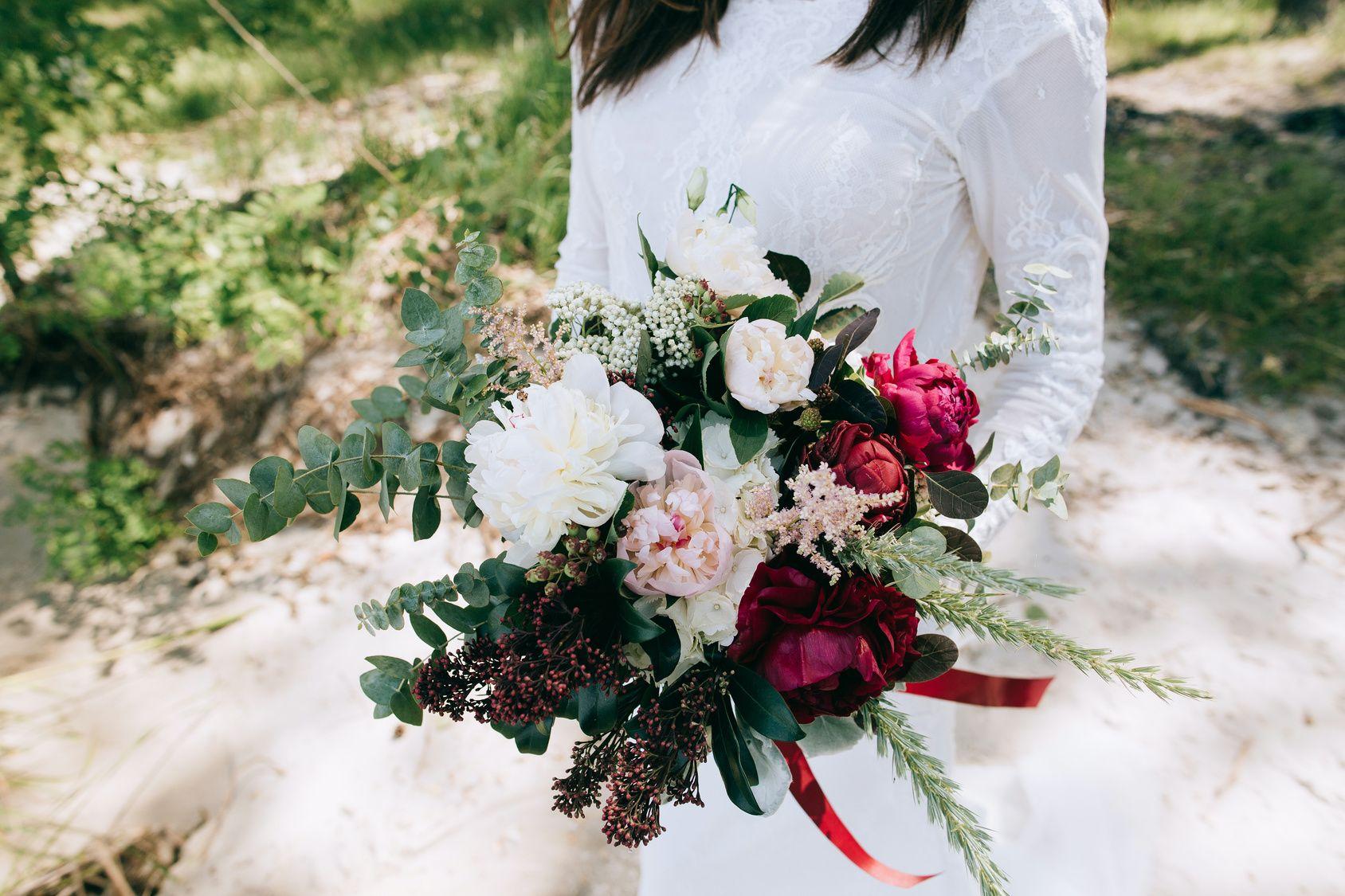 Bukiet Slubny Z Ciemnymi Kwiatami Floral Wreath Christmas Wreaths Holiday Decor