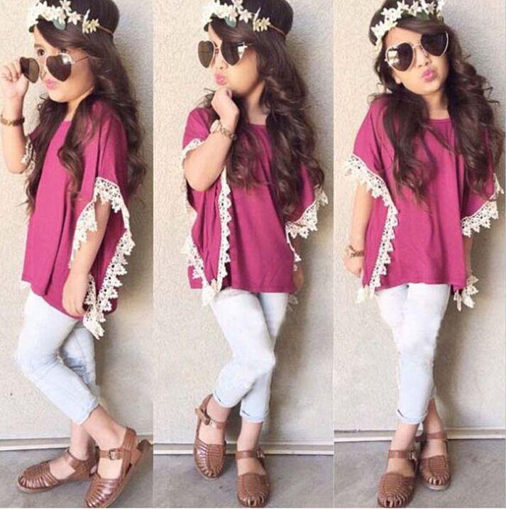 Acá si que tenemos moda esta niña esta luciendo un hermoso look incluyendo la ropa es lo que se esta usando las sandalias para niñas así están de moda y en lo que va de belleza es hermosa!