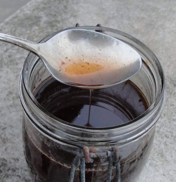 Le miel de monarde, un remède maison pour soulager les maux de gorge d'une manière douce et aromatique.
