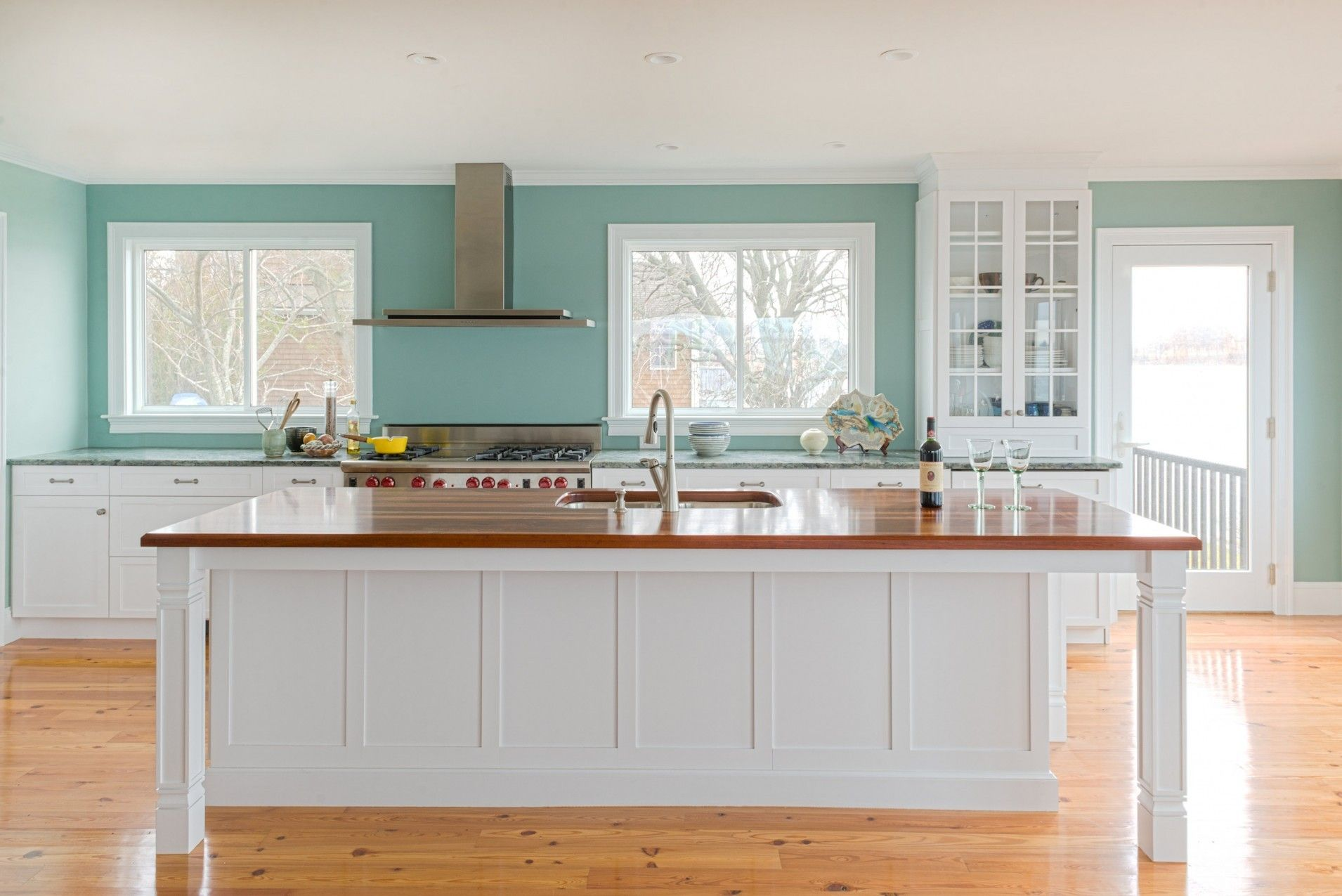Holiday Kitchens Seattle | Dealer: The Cabinetry   MA | Photographer:  Colleen Dolan |