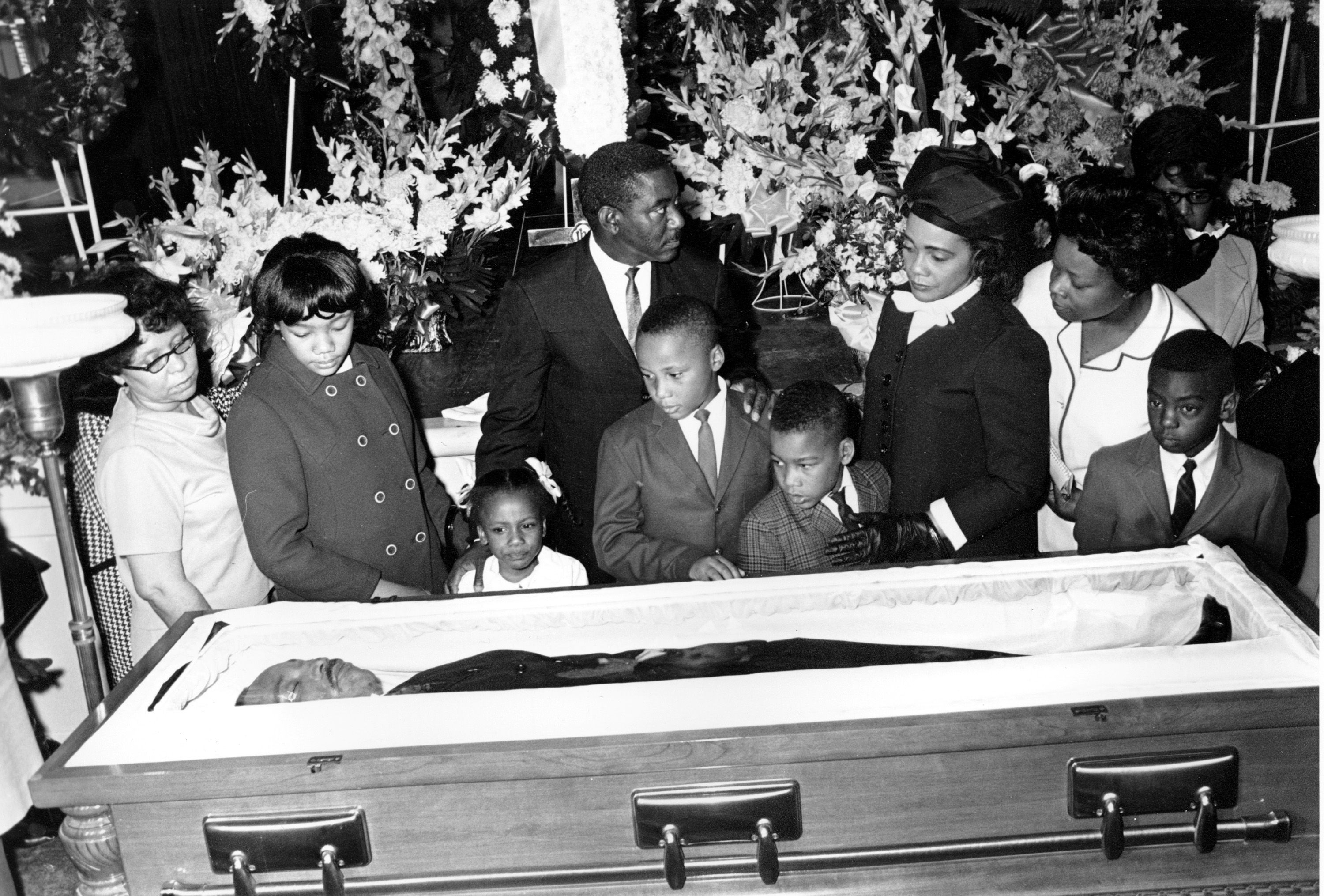 Dr Martin Luther King S Children Viewing Their Father S Body On His