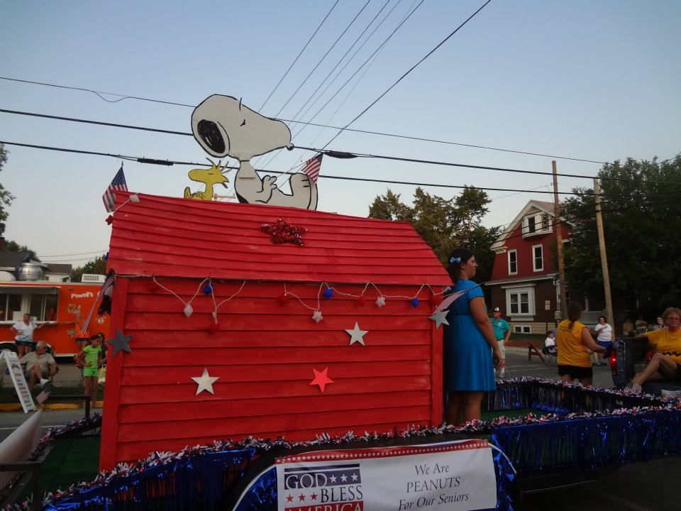 Snoopy With Red Dog House Christmas Parade Floats Christmas