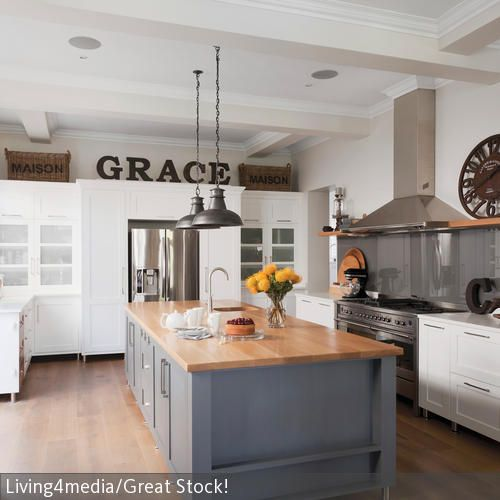 Das Herzstück dieser Küche im Landhaus-Stil ist der freistehende