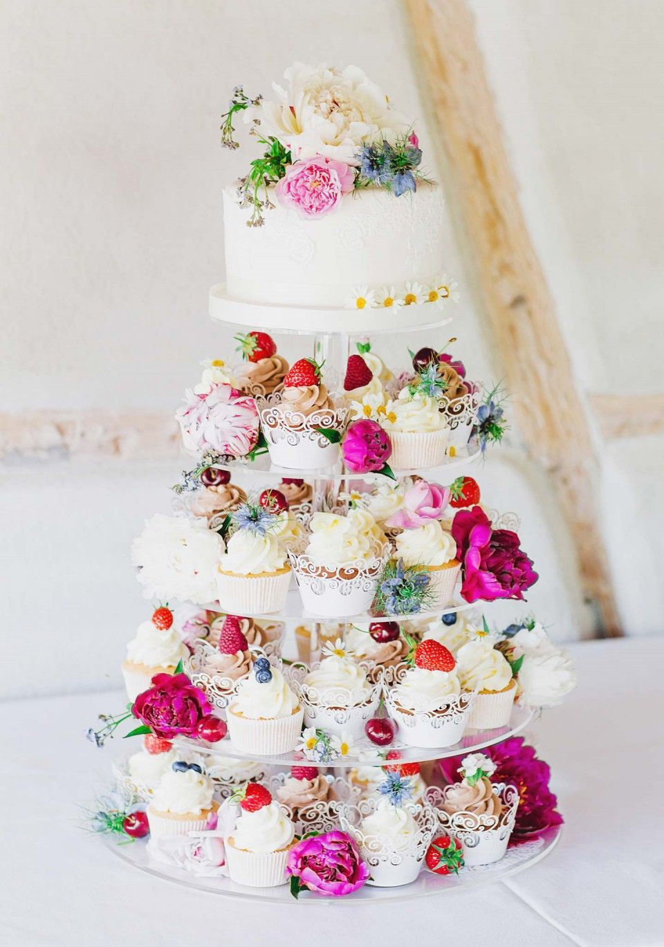 Bunter Vintage Zauber Kleine Hochzeitstorte Mit Cupcakes