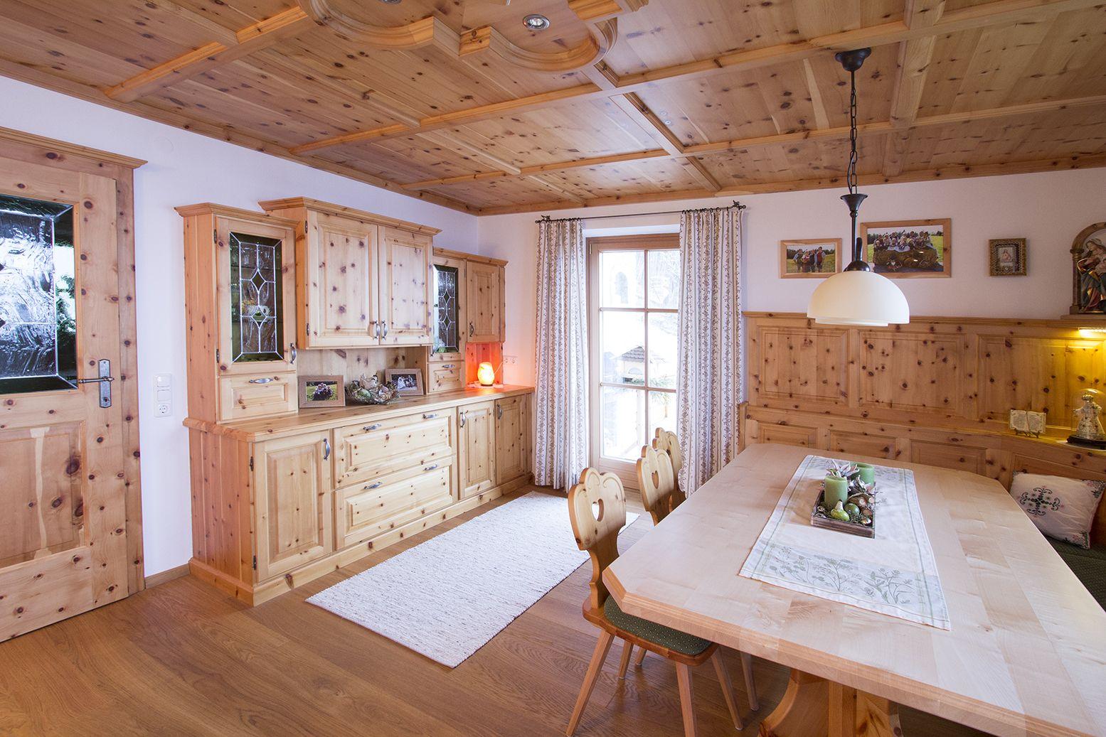 Wohnzimmer aus Zirbenholz mit Türe aus Zirbenholz. Großer