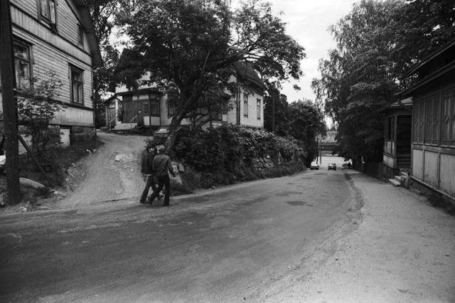 Puutaloja Hertankadun mutkassa alas Suokadulle. 1970
