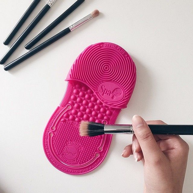 New favorite hobby: Brush cleaning. #spaexpress #sigmabeauty Photo: @saimasmileslike