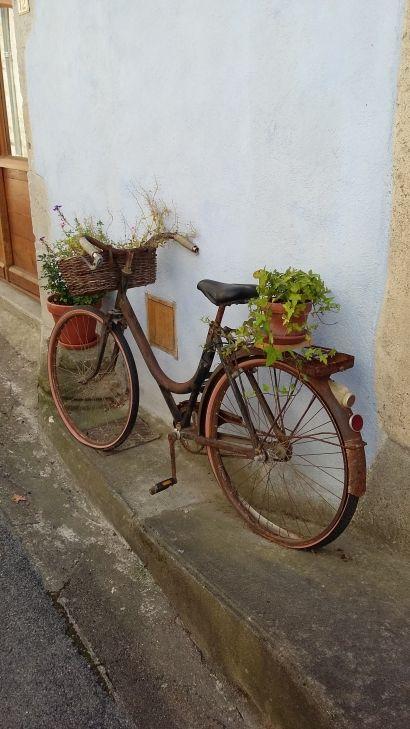 10 Diy Tire Decoration Ideas For Your Garden Bike 400 x 300