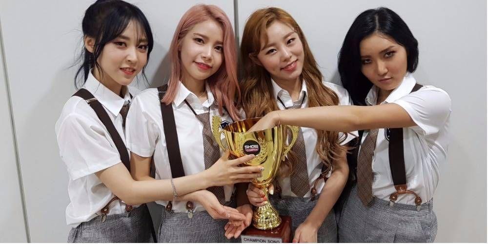 Mamamoo Take Home The Trophy On This Week S Show Champion Mamamoo Moonbyul Korean Girl Groups