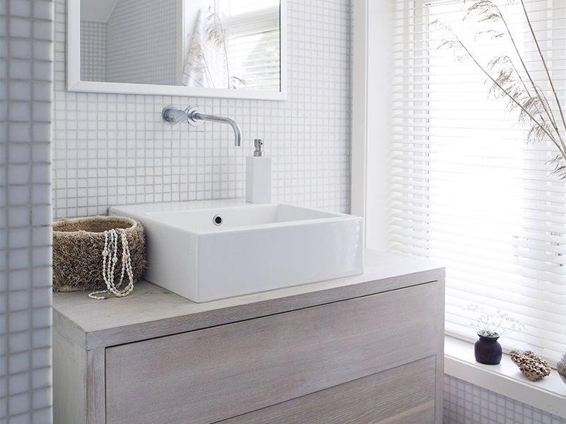 Une maison blanche au bord de la mer maison id es pour - Belle mere dans la salle de bain ...
