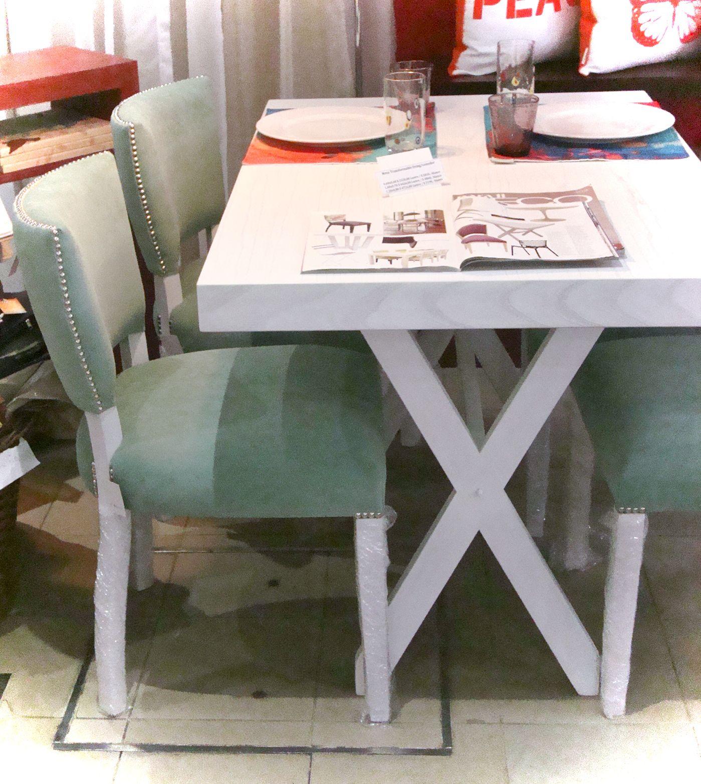 Mesa patinada blanca en cruz y sillas modelo vitamina for Sillas blancas tapizadas
