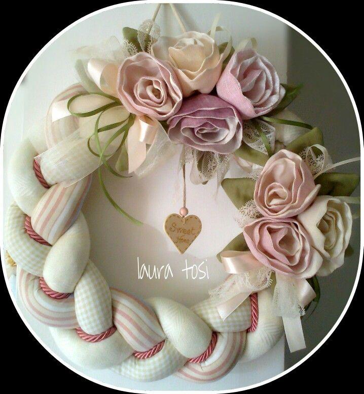 Ghirlanda con rose.  Fatto Con Amore da Laura https://www.facebook.com/fattoconamorelaura    #cucitocreativo #cucitoamano #artesanato #creativas #handmadewhitlove #fiori #primavera #creativemamy #handmade #welcome #welcomespring #lemaddine #mammecreative #officinacreativa #sewing #rose #wreath