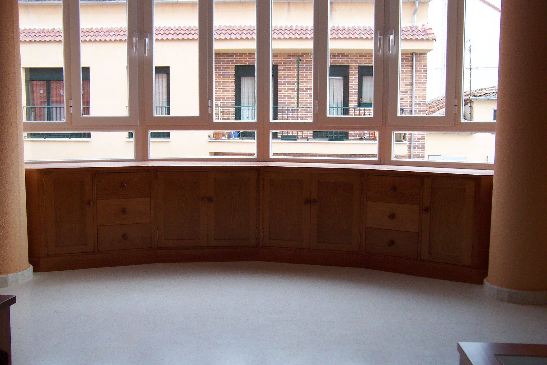 Mueble bajo semicircular bajo ventanal. #mueblesamedida #mueblesdemadera #madera #mueblesdesalon