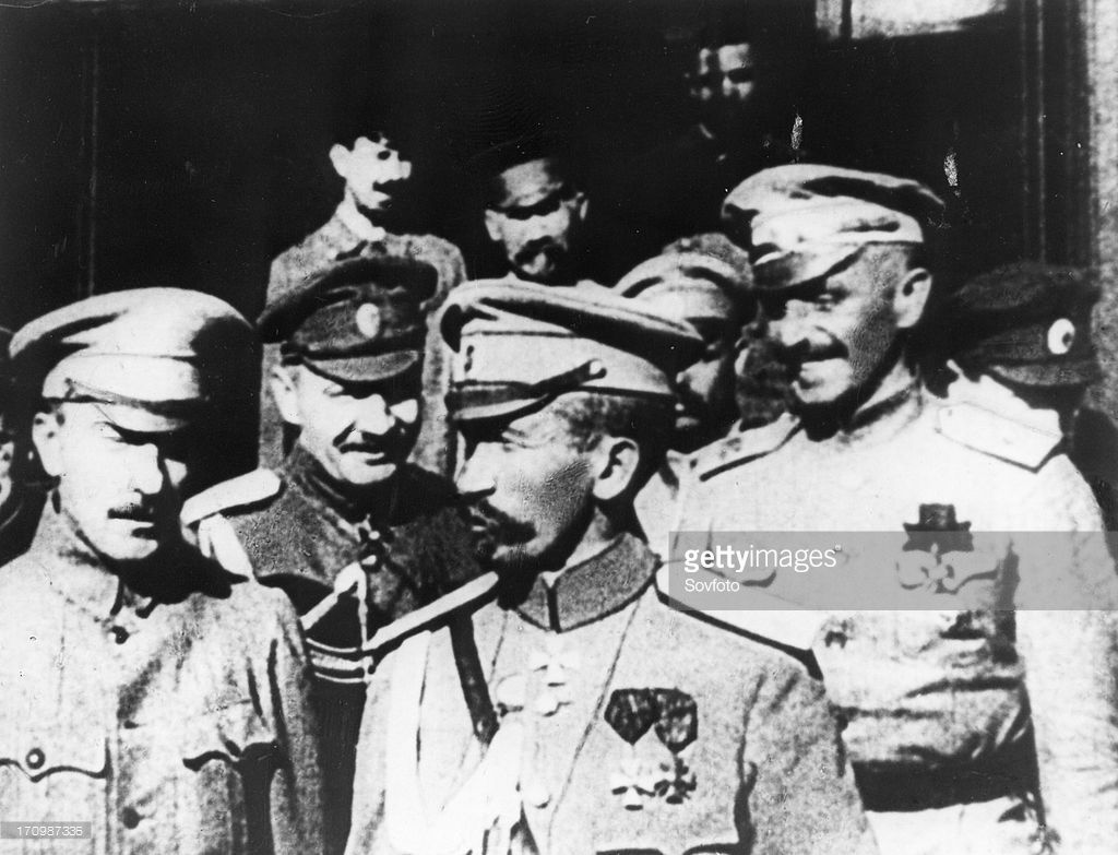 General lavr georgiyevich kornilov (1870-1918), front, center, white russian (anti bolshevik) military leader, commander-in-chief of all russian forces, 1917, civil war.