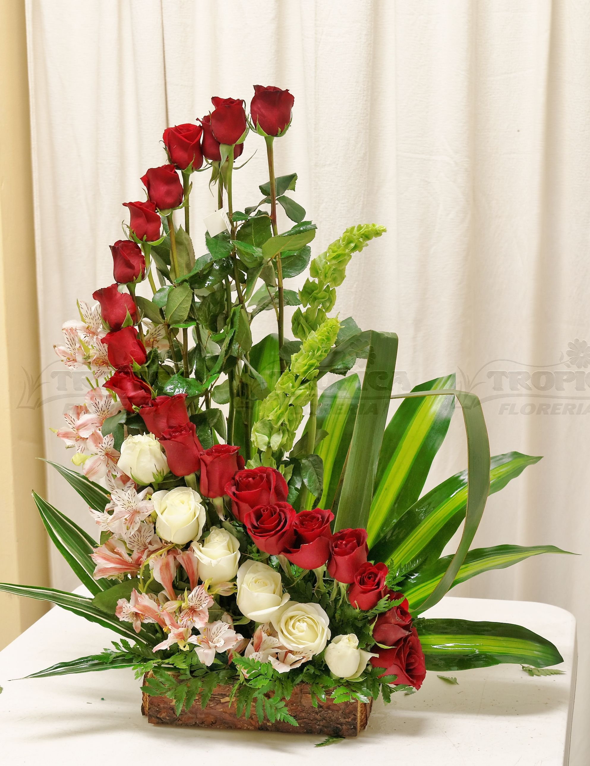 Arreglo De Rosas En Escalera Tropica Floreria Church Flower Arrangements Fresh Flowers Arrangements Flower Arrangements Diy
