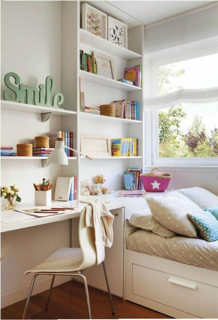 idee deco chambre adulte en blanc avec grand message smile en vert sur une des etageres blanches grands tiroirs de rangement en dessous du lit