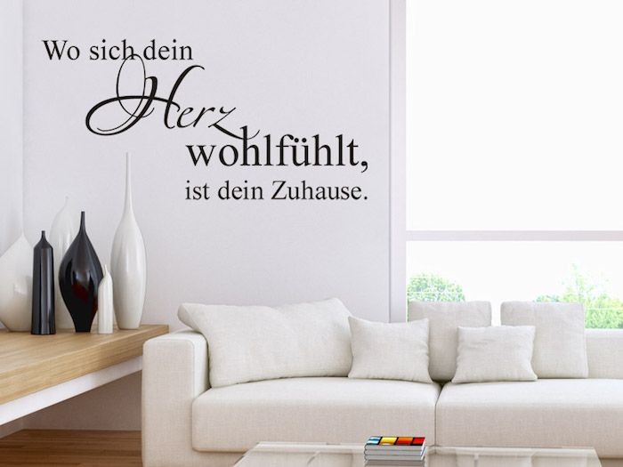 Wohnzimmer mit weißer Couch mit kleinen weißen Kissen, Couchtisch
