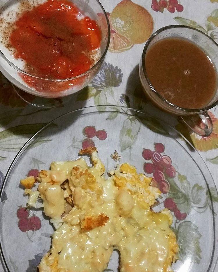 Reposted from @carinepenha Diaaa! Mamão com kefir mel e canela ovos mexidos com queijo e cafe com leite de coco. Hoje tem e eu to toda quebrada de ontem  nao pensa mto e vai!  #keto #ketomeals #lchf #lowcarb #highfat #atkins #bestdietever #whatdiet #fatisfuel #ketogenic #kcko #eatfatloseweight #lowcarbhighfat #ketosis #ketocooking #lowcarbcooking #lowcarbliving #ketoliving #ketofoods #xxketo #ketodiet #ketodinner #weightloss #lifestylechange #ketofitguide #ketofitchallenge