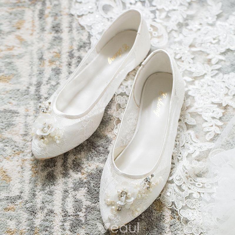 Piekne Biale Lato Buty Slubne 2018 Skorzany Z Koronki Perla Rhinestone Szpiczaste Slub Plaskie Na Obcasie Summer Wedding Shoes Wedding Shoes Chic Beautiful