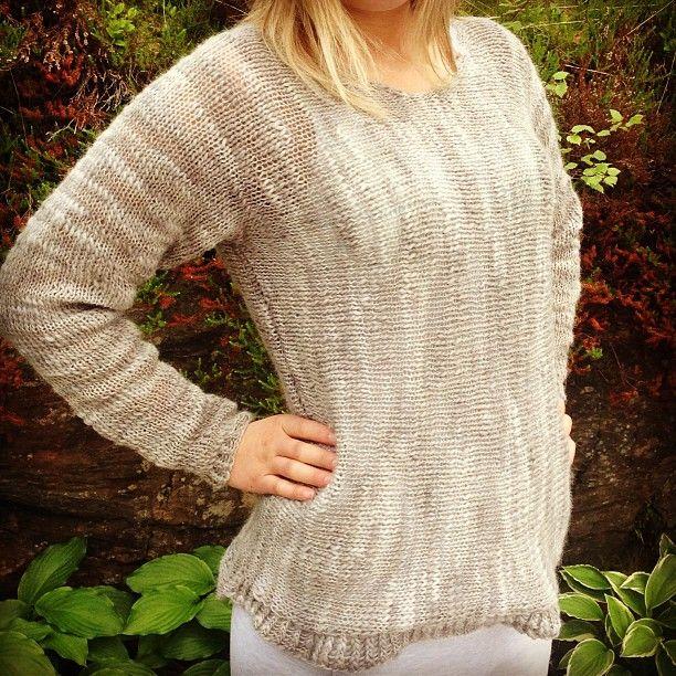 Instagram photo by @arnhild skatvedt : eveline jenta mi, har fått seg sidelengsstrikket genser #strikk #strikket #sidelengsstrikk #genser #instastrikk #knit #knitted #knitwear #sweater #garnstudio #instaknit #madebyme #mindesignstrikk