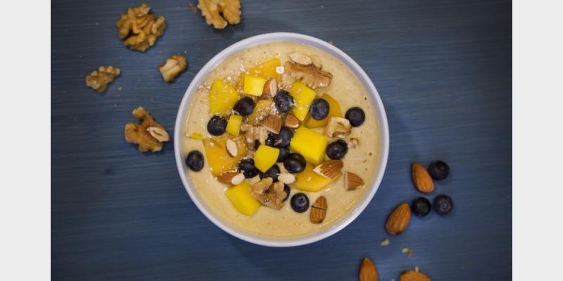 Valmista Smoothiekulho hedelmillä, pähkinöillä ja manteleilla tällä reseptillä. Helposti parasta!