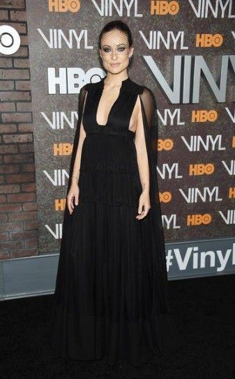 Olivia Wilde in Valentino - Per la premiere di Vinyl Olivia Wilde ha sfoggiato un abito nero firmato Valentino.