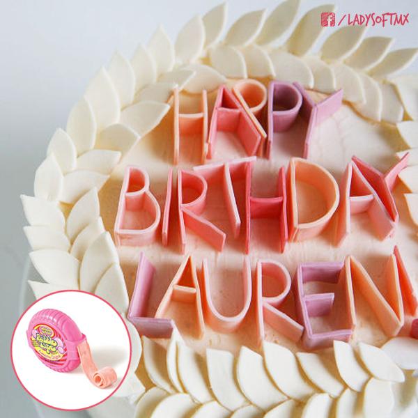 ¿Te acuerdas del chicle que viene en rollito? Ahora también puedes usarlo para decorar con un mensaje los pasteles de cumpleaños. #DIY #ConsejosDeAmigas