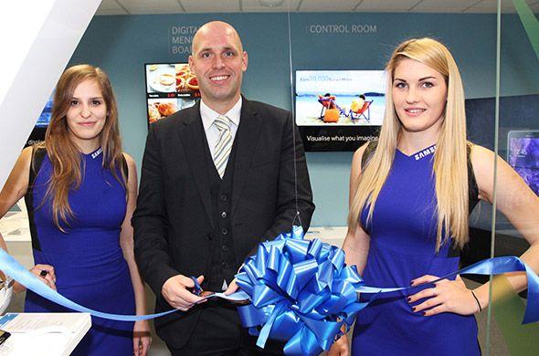Samsung Electronics jučer je službeno otvorio vrata Executive Briefing Centra u Ljubljani, prve takve lokacije u regiji. Jedinstven izložbeni prostor mjesto je na kojem svi potencijalni i postojeći poslovni korisnici mogu iz prve ruke provjeriti kako se rješenja i uređaji tvrtke Samsung uklapaju u njihovo poslovanje te pomažu u odgovoru na svakodnevne izazove, povećavaju produktivnost i jačaju konkurentnost na dinamičnom tržištu.
