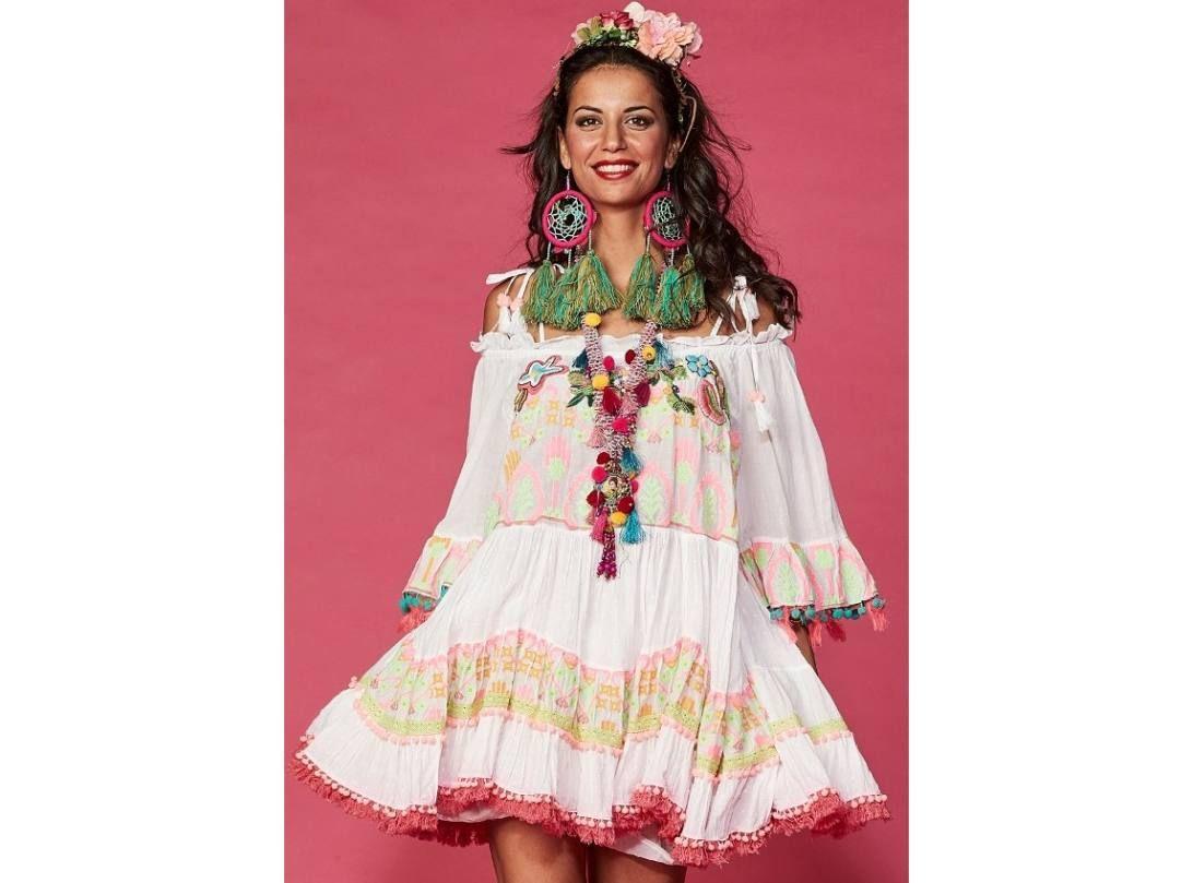 6f74ac8d48 Gyönyörü fehér nyári ruha, rózsaszín bolyhokkal és virágmintás hímzéssel,  színes mintákkal narancs-zöld-barna díszítve, vállrésznél állítható.