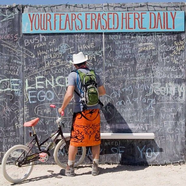 """Your Fears Erased Here Daily "" - Nevada   حائط في ولاية نيفادا الامريكية يكتب عليه الناس مايخشونه ليتم تنظيفه نهاية اليوم"