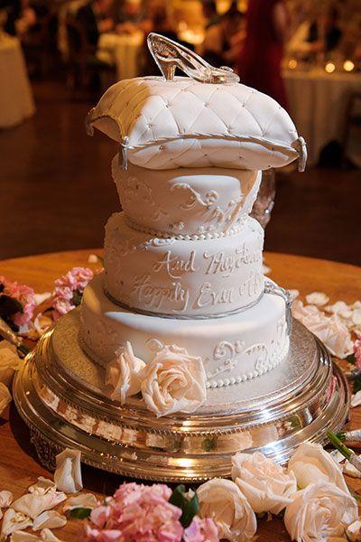 Der var engang en prinsesse og en prins....  Hvis I har et eventyr tema, så vil den her kage, helt sikker være at vælge, med en askepot reference på toppen med en glassko... Vi er som fortryllet over den her. Bon appetit...