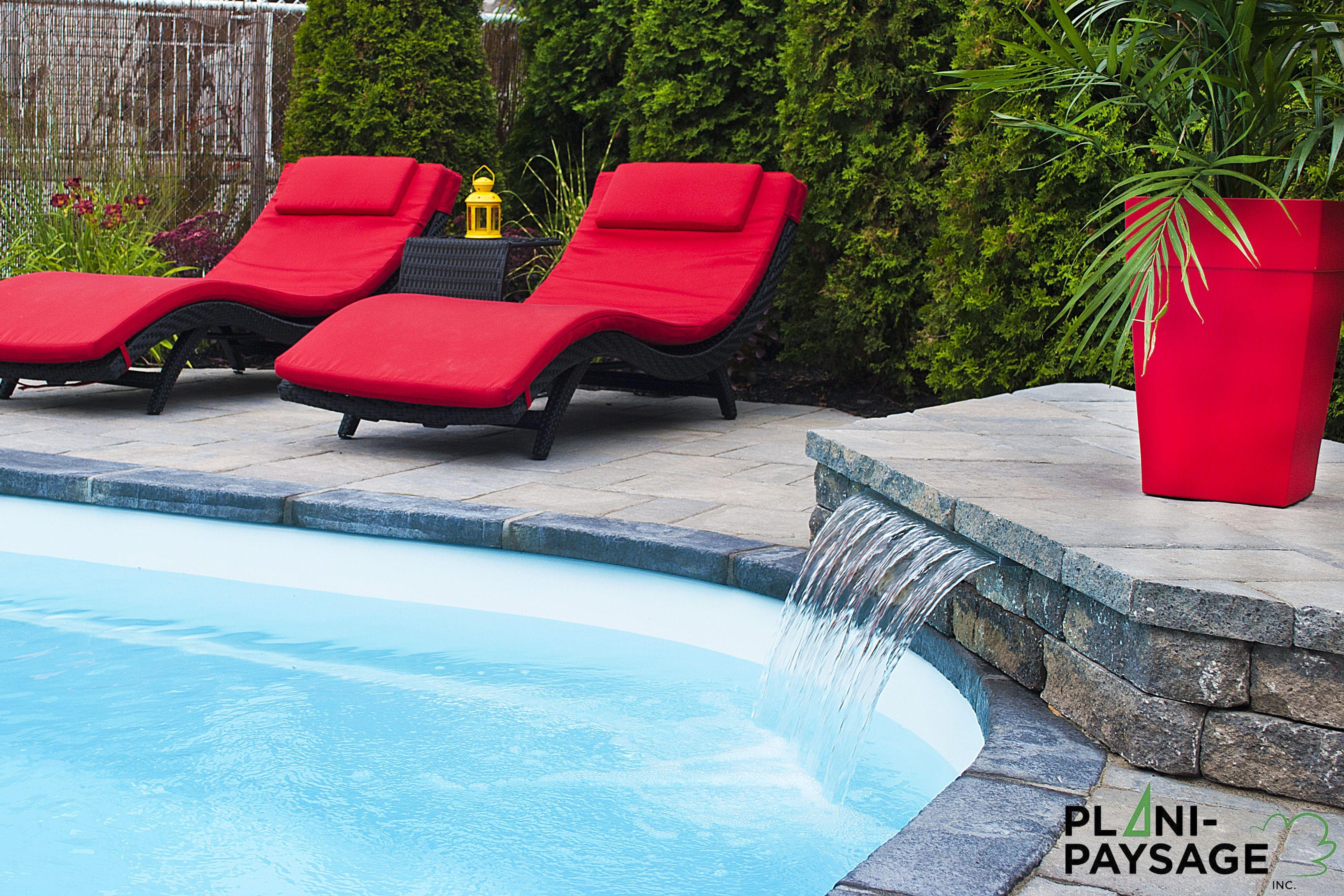 am nagement paysager avec chute d 39 eau et piscine creus e. Black Bedroom Furniture Sets. Home Design Ideas